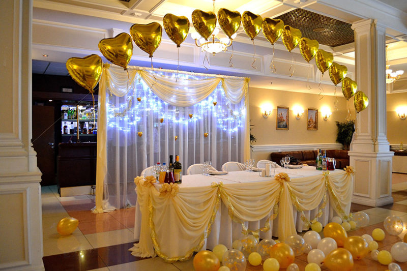 Зал в золотых шарах