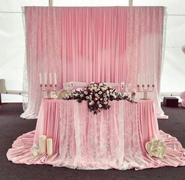 Розовая драпировка для стола юбиляров