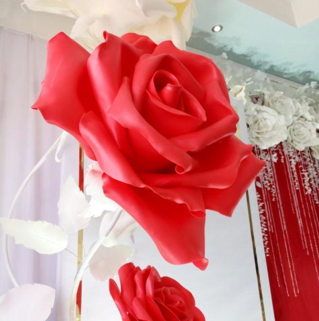 Огромная бумажеая роза - декор для оловянной свадьбы