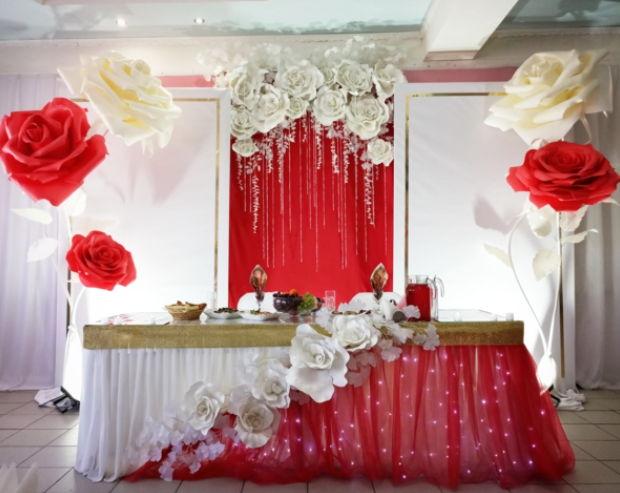 Оформление бумажными цветами оловянной свадьбы