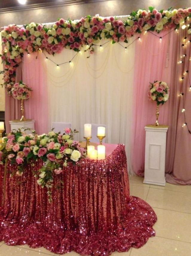 Украшение праздничного стола пайетками на оловянную свадьбу