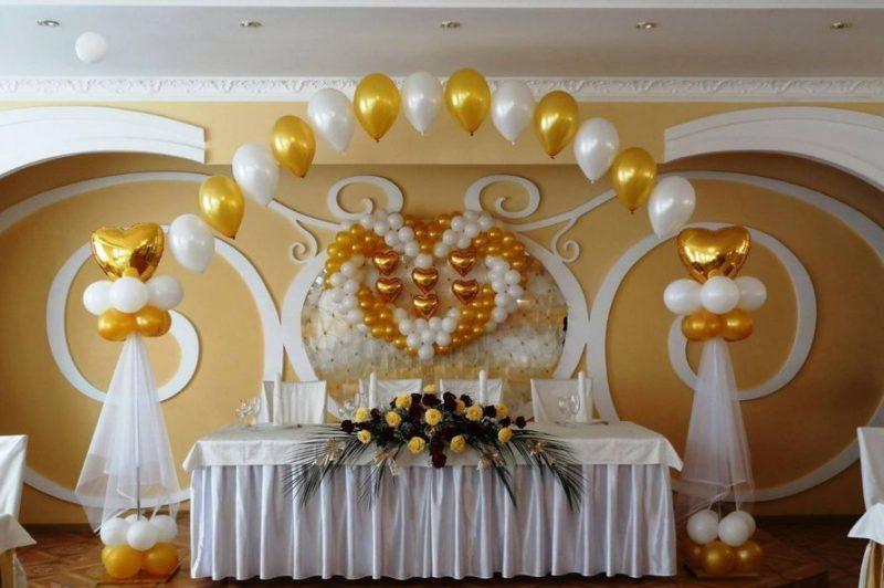 Оформление золотыми шарами